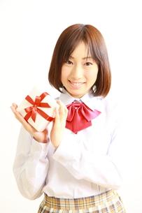 プレゼントを持つ女子高生の素材 [FYI00036220]