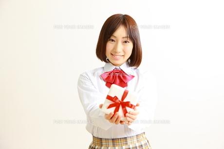 プレゼントを持つ女子高生の素材 [FYI00036221]