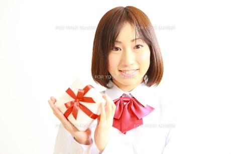 プレゼントを持つ女子高生の素材 [FYI00036223]