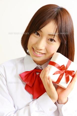プレゼントを持つ女子高生の素材 [FYI00036225]