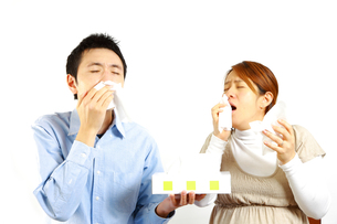 アレルギー性鼻炎に苦しむカップルの写真素材 [FYI00036228]