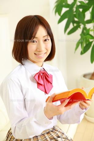 本を読む女子高生の写真素材 [FYI00036230]
