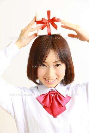 プレゼントを持つ女子高生の素材 [FYI00036231]