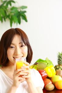 ジュースを飲む女性の写真素材 [FYI00036271]