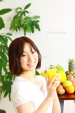ジュースを飲む女性の写真素材 [FYI00036278]