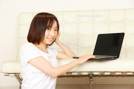 自宅でパソコンを使う女性の写真素材 [FYI00036294]