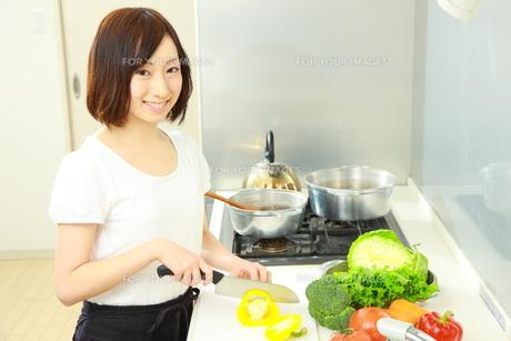料理をする女性の写真素材 [FYI00036295]
