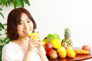 ジュースを飲む女性の写真素材 [FYI00036297]