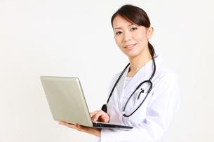 パソコンを使う女性医師の写真素材 [FYI00036366]