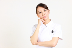 考える女性看護師の写真素材 [FYI00036389]