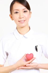 ハートを持つ看護師の写真素材 [FYI00036401]
