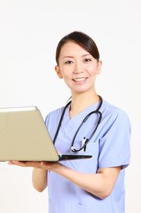 パソコンを使う女性医師の写真素材 [FYI00036404]