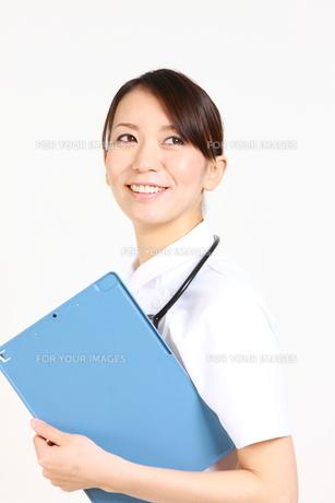カルテを持つ看護師の写真素材 [FYI00036407]