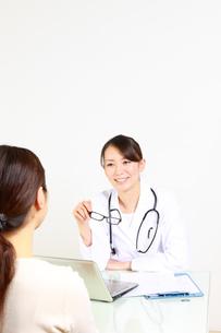 笑顔で患者と話す女性医師の写真素材 [FYI00036424]