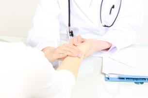 患者を診察する医師の写真素材 [FYI00036428]
