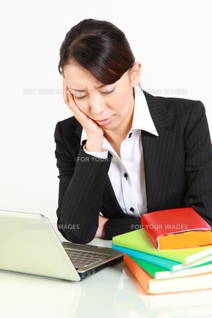 仕事に疲れたビジネスウーマンの写真素材 [FYI00036429]