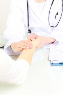 患者を診察する医師の写真素材 [FYI00036438]