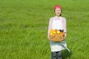 果物と女性の写真素材 [FYI00036877]