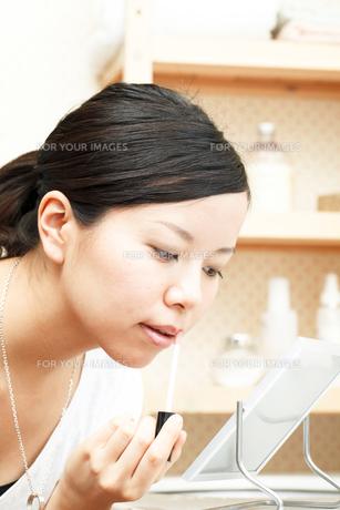 メイクする若い女性の写真素材 [FYI00038571]