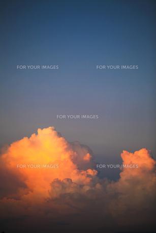 入道雲の夕焼けの写真素材 [FYI00038602]