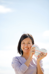 ハートを持つ女性の写真素材 [FYI00039073]