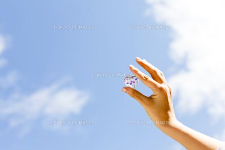 ハートを持つ女性の写真素材 [FYI00039087]