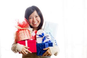 沢山のプレゼントを持つ女性の写真素材 [FYI00039090]