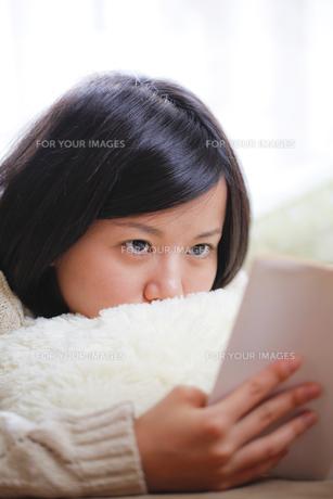 読書する女子の素材 [FYI00039092]