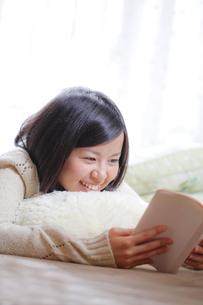 読書する女子の素材 [FYI00039099]