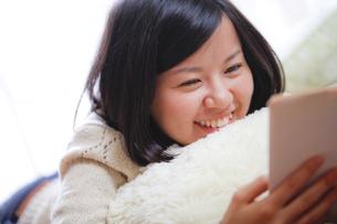 読書する女子の写真素材 [FYI00039101]