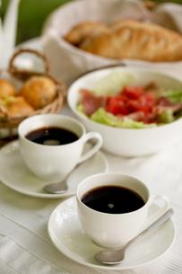 オープンテラスで朝食の写真素材 [FYI00039748]