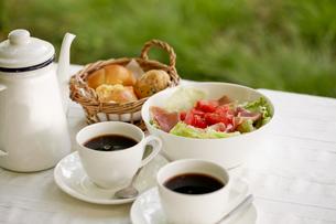オープンテラスで朝食の写真素材 [FYI00039754]