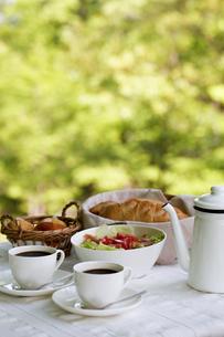オープンテラスで朝食の写真素材 [FYI00039762]