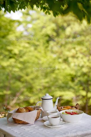 オープンテラスで朝食の素材 [FYI00039796]