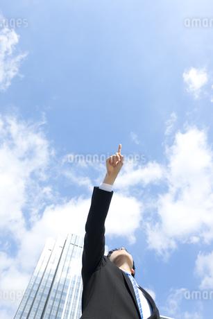 上方向を指差すビジネスマンの写真素材 [FYI00040086]