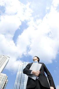 上を見上げるビジネスマンの写真素材 [FYI00040089]