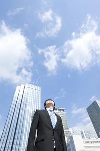 上を見上げるビジネスマンの写真素材 [FYI00040094]
