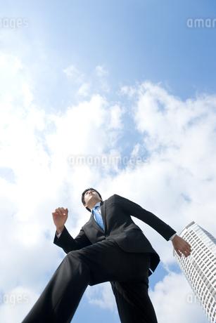 走るビジネスマンの写真素材 [FYI00040106]