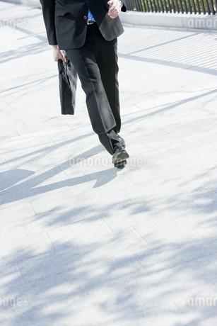 歩くビジネスマンの写真素材 [FYI00040110]
