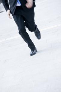 走るビジネスマンの写真素材 [FYI00040116]