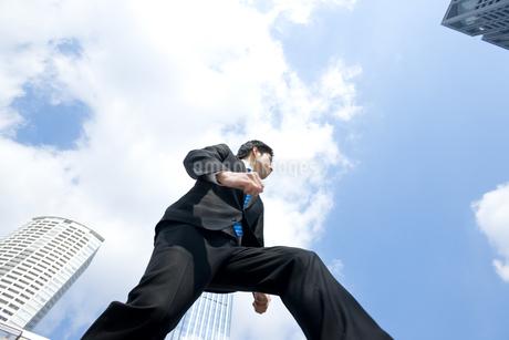 走るビジネスマンの写真素材 [FYI00040122]