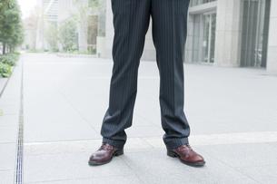 仁王立ちのビジネスマンの写真素材 [FYI00040127]