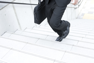 階段を駆け上るビジネスマンの写真素材 [FYI00040129]