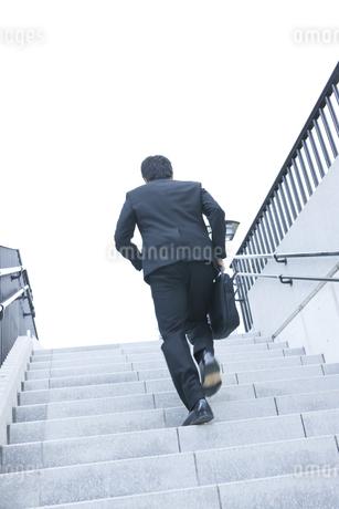 階段を駆け上るビジネスマンの写真素材 [FYI00040130]