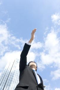 手を差し出すビジネスマンの写真素材 [FYI00040135]