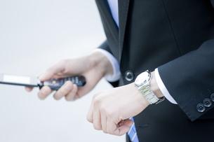 腕時計を見るビジネスマンの写真素材 [FYI00040141]