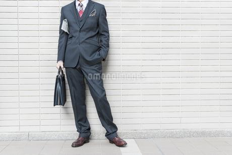 オフィス街に立つビジネスマンの写真素材 [FYI00040142]