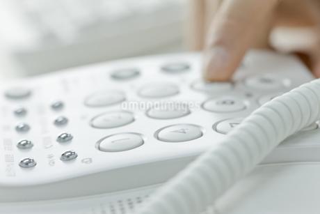 電話をかける男性の手の写真素材 [FYI00040143]