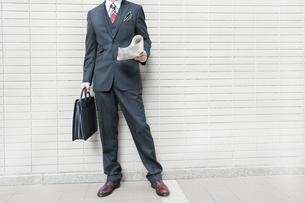 オフィス街に立つビジネスマンの写真素材 [FYI00040145]