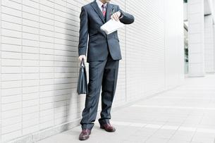 オフィス街に立つビジネスマンの写真素材 [FYI00040146]